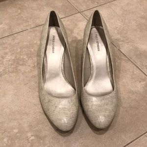 Closed toed pumps